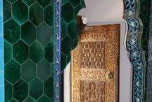 ED SS'16 / Erkan Demiroglu Yaz 2016 Koleksiyonu, tasarımcının doğduğu topraklar, Yeşil Bursa'dan ilham alıyor.  Osmanlı çini sanatının zirveye ulaştığı 16. Yüzyıldan gelen parlak renkli, zarif motifler siyah-beyaz çizgilerle buluşarak görkemli pano desenler oluşturuyor.  İznik çinilerinden stilize desenler, yarı değerli taşlar ve el işi nakış detayları ile yeniden yorumlanarak, volumlü, modern silüetlerde hayat buluyor.