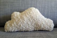 Maille d'hiver / Tutoriels et inspirations pour fans de tricot et crochet. Des idées pour passer un hiver douillet et chaleureux les aiguilles à la mains : pulls en grosse maille, couvertures douces et chaudes, décoration tricotée.