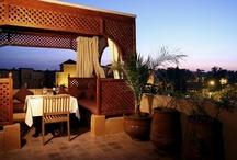 Marrakech, perle du désert / L'une des plus belles villes du Maroc... Pour un week-end dépaysant, pour une semaine de soins, ou pour des vacances aux portes du désert, tout le monde a ses raisons de pousser les portes de la Ville Rouge !