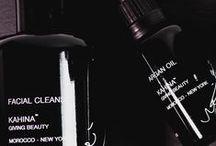 Kahina Giving Beauty / Un viaje a Marruecos en 2007 sirvió de inspiración a la neoyorquina Katharine L'Heureux para crear la línea de lujo de Argán Kahina. Katharine se quedó maravillada tanto por la pureza y la efectividad del Argán, como de las impresionantes mujeres bereberes que lo producen. Cuando pruebes esta increíble gama de productos certificada por ECOCERT verás que ¡no todos los aceites de Argán son comparables!  Nuestros favoritos: Aceite de Argán, Crema Facial de Argán