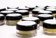 Herbfarmacy / La granja de Herbfarmacy en Inglaterra produce esta valiosa y premiada colección de productos para el cuidado de la piel de forma artesanal. El botánico Dr. Paul Richards ha cultivado orgánicamente hierbas específicas con propiedades hidratantes, anti-inflamatorias y regenerativas. Su pura y efectiva gama de productos para el cuidado de la piel aprobada por la Soil Association Organic ha sido diseñada para nutrir, proteger y sanar la piel y es particularmente adecuada para pieles sensibles