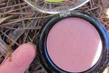 Blush Rose Praline Bio / Essayez vite ce blush Rose Praline certifié bio par Ecocert ! Longue tenue, ultra agréable à porter et non desséchant pour la peau, il saura vous donner bonne mine tout en douceur.