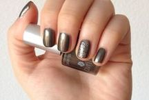 Vernis Acier Nacré 7free / A la fois chic et fashion, ce vernis à ongles gris foncé brille de jolis reflets verts. Facile d'application, longue tenue, il est aussi exempt des 7 ingrédients les plus nocifs.
