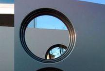 Alucompact / Nato come prodotto da esterno, probabilmente Alucompact® è fra quelli in catalogo il laminato con le caratteristiche più distintive e performanti. Fra i suoi strati costruttivi, prima di passare alla policondensazione, vengono 'annegate' lamine di alluminio spesse 0,42 mm.  L'alluminio conferisce una maggiore portanza e stabilità strutturale. Ma al tempo stesso crea la firma tattile e visiva di una forte personalità tecnica. La superficie decorativa è disponibile in una vasta gamma di colori.