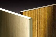 Compact Wood / Compact Wood® è il risultato dell'incontro fra stratificato HPL e vero legno. Senza perdere le caratteristiche tecniche e strutturali, la superficie viene 'vestita' con un'impiallacciatura di legno. Grazie a un procedimento brevettato, le decorazioni vengono accoppiate con speciali vernici catalizzate. È disponibile in 3 varianti, ciascuna con diverse gradazioni di chiaro: Rovere sbiancato interno beige, Rovere naturale interno Alucompact® e Rovere tinto Wengè interno Alucompact®.