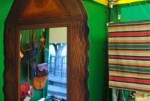 """Marroquinería. Artesanía de Tenerife / Vicente Barraqueta Pelegrín. Este artesano de la piel y el cuero sigue utilizando las técnicas artesanales tradicionales, aplicándolas a nuevos diseños. Emplea preferentemente pieles de vaca, cordero y cerdo, para la elaboración de un amplio abanico de modelos de bolsos, carteras y monederos. Sandra P. Herrera Moreno, artesana- marroquinera: """"Ser artesana es la satisfacción y el placer de poder crear mis propias cosas""""."""