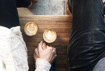 Chwile przy kawie / Kawa to poranki, to ulubiona filiżanka i energia na cały dzień. Kawa to przerwa w pracy, chwila przyjemności, odpoczynek po ciężkim zadaniu. Kawa to ludzie, to chwile, które z nimi spędzamy. Te chwile powinny być wyjątkowe.