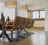 Woonbeton - Cementgebonden gietvloer in moderne woning / De kleur van deze cementgebonden gietvloer is zo samengesteld dat de vloer samensmelt met de kleuren in de woning. voor elke ruimte is er zorgvuldig nagedacht over de juiste kleurschakeringen zodat de vloer één wordt met het interieur. Het voordeel van een cementgebonden gietvloer is dat de kleuren naar wens samengesteld kunnen worden. Zo is er altijd een vloer die past bij de stijl van je woning.
