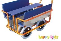 Draußen unterwegs  / Happy Kidz - Kleine Möbel zu winzigen Preisen. Mehr rund um Kindergartenbedarf und Kindergartenmöbel findest du unter www.happy-kidz.com.