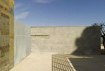 Nuovo Cimitero Silvi / L'idea di progetto è quella di disegnare un sistema insediativo che dialoghi con le curve di livello ed allo stesso tempo con il paesaggio circostante. I corpi di fabbrica sono pensati come elementi filiformi che seguono le curve di livello, con il loro conformarsi disegnano gli ambiti del cimitero; attraverso la recinzione trasparente, inquadrano porzioni del paesaggio marino e collinare.