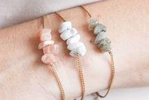 Schmuck: Armbänder / jewelry: bracelets / Lass Dich von Armbändern in Gold, Silber oder aus ausgefallenen Materialien inspirieren.