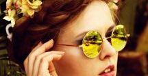 Mode: Festival Kleidung / fashion: festival style / Wenn die ersten Sonnenstrahlen rauskommen, beginnt endlich wieder die Festival Saison. Von lässigen Ouftis, Blumenkränzen, bedruckten Turnbeuteln und Boho Accessoires: Wir pinnen für Euch alles, was bei einem richtigen Festival Outfit nicht fehlen darf.