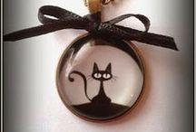 """cat'alogue... / pour une fois, ce ne sont pas des freebies, mais, trouvés ici et là, des objets de toutes sortes, en forme de chat, ou ornés de chat(s), ou encore inspirés par les chats, ou créés pour les chats... vous pourrez les acheter, simplement les admirer, ou vous en inspirer pour vos propres créations, en tout cas, ils sont ici... et c'est une """"cat'addict"""" (limite """"crazy cat lady"""" !) qui vous en parle !... / by Isabelle de Beukelaer"""