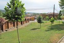 Instalaciones Campamento de inglés GMR / - Zona residencial con 10.000 metros de terreno urbano  - 188 camas entre cabañas y albergue, con proyecto de ampliación - Zona deportiva, con aproximadamente 5 hectáreas. Campo de fútbol, cancha baloncesto, campo de voleybol, piscina, rocódromo y tirolina. -  45 duchas y 33 wc y 1wc para discapacitados