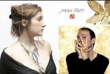 Stefano Poletti / Stefano Poletti, formé à l'école de stylisme Marangoni à Milan et au studio Berçot à Paris, travaille jusqu'en 1995 pour les défilés d'Elisabeth de Senneville, Thierry Mugler, Lanvin ou encore Christian Lacroix. Jusqu'à ce que, poussé par la passion, il décide de lancer sa propre ligne de bijoux fortement inspirée par la nature et dans la mouvance du design. Principalement en verre de Murano, sa matière de prédilection, ou métal, ses bijoux sont toujours travaillés de façon artisanale.