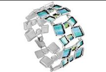 Joid'art / Créée en 1981 par Jaume Julià, la marque Joid'art fusionne créativité, artisanat et contemporanéité pour former des bijoux de caractère...  Ce sont des pièces qui parlent la langue de la féminité, inspirées par des vraies femmes. Les conceptions Joid'art sont un équilibre entre la simplicité, la fraîcheur et des lignes gestuelles, dans l'esthétique des détails... http://www.linea-chic.fr/boutiques/joid-art/les-bijoux