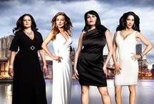 """Maffiózófeleségek / Újra visszatér a """"Maffiózófeleségek"""" s benne Staten Island hírhedt asszonyai. Nézze meg, hogyan él Renee, Karen, Carla és Drita, míg férjük, apjuk börtönbüntetését tölti szervezett bűnözésben való részvétel miatt! A sorozat négy indulatos hőse komoly gondokkal küszködik. Karen és Drita közt még mindig nagy a feszültség, s még tovább romlik a helyzet, amikor megérkezik Karen új bűntársa, Ramona."""