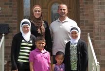 Amerikai muzulmánok / Michigan államban, Dearbornban található az USA legnagyobb mecsetje, és itt a legnagyobb a muzulmán lakosság aránya az Egyesült Államokban. Róluk szól sorozatunk, melynek minden epizódja közeli bepillantást nyújt a muszlimok mindennapjaiba. Megismerkedhetünk szokásaikkal, ünnepeikkel, de a velük kapcsolatos megannyi félreértéssel is foglalkozunk. A sorozat a kényesebb témákat sem kerüli, így szó lesz az amerikai muzulmánok konfliktusairól a külvilággal és saját közösségükön belül is.