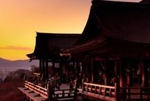JAPAN_KYOTO 京都 1 / 月はおぼろに東山、かすむ夜毎のかがり火に 夢もいざよう紅桜、しのぶ思いをふりそでに 祇園恋しや、だらりの帯よ     夏は河原の夕涼み、白いえりあしぼんぼりに かくす涙の口紅も、燃えて身を焼く大文字 祇園恋しや、だらりの帯よ