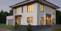 Stadtvilla Fertighäuser | KAMPA / KAMPA Stadtvillen mit zwei Vollgeschossen und flach geneigtem Walmdach. Mit energieeffizienter Bauweise und exzellentem Wohnkomfort.