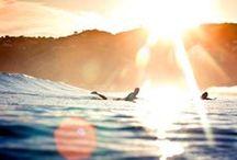12. / Actividad recreativa o deportiva que consiste en deslizarse por el mar manteniéndose de pie sobre una tabla que es empujada por las olas.