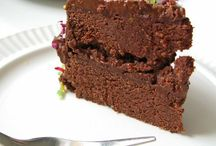 CAKE AND SLICE RECIPES | VEGAN | RAW AND COOKED / Vegan recipes, or recipes that can easily be adapted to be vegan friendly!