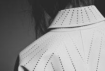 """Arquitetura da Moda, por Issey Miyake / Issey Miyake é um estilista japonês que se destaca por adaptar o minimalismo em suas peças. A história de sucesso deste criador é transcrita em detalhes através da publicação de um livro """"Pleats Please, by Issey Miyake"""", onde ele tenta explorar as relações entre o corpo e a roupa que o cobre, juntamente com o espaço que envolve a pessoa. Por isso criou-se uma analogia à arquitetura. Miyake abusa da tecnologia em suas criações e segue uma filosofia: """"do tecido 2d à roupa 3d""""."""