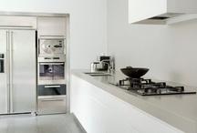 Kitchen / kitchen   keuken   plek om eten te koken en te tafelen   eten   gasfornuis   afzuigkap   water   oven   magnetron   tafel & stoelen
