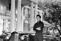 Elvis Presley  / Elvis in front of Graceland