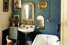 home / bathroom / Bathrooms that I love, with walls filled with mirrors and beautiful floors. Eclectic, boho, vintage, Scandinavian and William Morris.