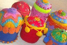 Alfileteros - Pincuchion / Alfileteros bordados a mano en fieltro , con hilos seda, algodones.cordonè,etc y aplicaciones de mostacillas y charms metàlicos.
