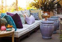 H O M E | draußen sitzen / Im Sommer machen wir alles draußen. Und wenn wir einen schönen Sitzplatz haben, im Garten, auf der Terrasse, auf dem Balkon, dann verlängern wir den Tag bis in die Nacht hinein und kosten jeden Moment aus. Draußen!