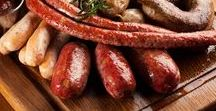 Домашние колбаски / Лучшие рецепты, советы и статьи о приготовлении колбас в домашних условиях