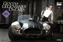 """""""Gents & legendary US Cars"""" by Carlos Kella & Lily Rigid / Ab 2013 schlägt Carlos Kella ein weiteres Kapitel auf und fotografiert attraktive Männer mit US-Cars. Ohne Schwulst und übliche Hochglanzästhetik werden echte Kerle mit edlen US-Car-Raritäten zum Vergnügen für das Auge von aufgeschlossenen Frauen abgelichtet. In dem neuen Monatskalender finden sie nun einzigartige Typen, nach denen sie sich auch auf der Straße umdrehen würden.   Erhältlich bei www.sway-books.de"""