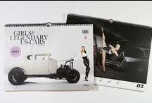 """""""Girls & legendary US-Cars 2014"""" / GIRLS & LEGENDARY US-CARS Wochenkalender 2014   Fotografie: Carlos Kella Vorwort: Ralf Becker (Chromjuwelen) Format: 42 x 30,7 cm Umfang: 56 Blatt, davon 52 Kalenderblätter Abbildungen: 53 Farbfotos Bindung: Wire-O-Bindung in schwarz Material: Bilderdruck 150g/m2 ISBN: 978-3-949740-06-6   Preis: EUR 29,90 (inklusive MwSt., zuzügl. Versandkosten)   www.sway-books.de // www.carloskella.de"""