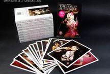 Queen Calavera – THE HOME OF BURLESQUE Postkardbook / Der Fotograf Carlos Kella zeigt in diesem Postkartenbuch eine erlesene Auswahl an Show-Girls von Deutschlands erster und einziger Burlesque-Bar, dem Queen Calavera in Hamburg.Mit dabei sind nationale und internationale Größen der Burlesque-Szene! Preis: EUR 9,90 (inklusive MwSt., zuzügl. Versandkosten)  www.sway-books.de // www.carloskella.de