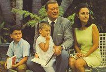 John Wayne  (1907-1979) / De son vrai nom : Marlon Michael Morrison Trois mariages et deux divorces : Joséphine Wayne (de 1933 à 1945) Esperanza Baur (de 1946 à 1954) Pilar Pallete (depuis 1954) Sept enfants : Patrick, Michael, Mary Antonia et Melinda (avec Joséphine) Ethan, Aissa, Marisa (avec Pilar)