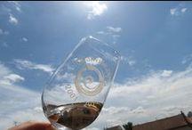 Vente privée rosé / On a tort de mépriser trop vite les rosés. Bien entendu, même les meilleurs n'égaleront jamais la complexité d'un grand cru de Bourgogne ou de Bordeaux. Mais pourquoi bouder son plaisir face à un vin frais et facile à boire (pour ceux qui sont élaborés avec soin), et qui accompagne si bien la cuisine estivale ? Notre sélection en Provence, à Bandol, dans le Rhône et le Roussillon ou à … Chinon ne propose que du plaisir à partager !