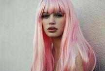 Glittrigt smink och rosa hår