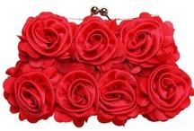 Sensueel rood / Etos introduceert speciaal voor de decembermaand een assortiment waarmee jij iedereen betovert met een onweerstaanbare look. Steel de show met een sensueel rode look, met zwoele make-up must-haves en mooie accessoires. Zo maak jij december oh la la!
