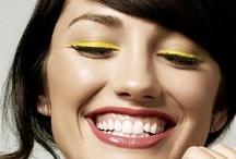 Vrolijk geel / Een kleur die goed is voor je humeur? Dat is geel. Deze vrolijke kleur staat voor opbloeiende narcissen, lieve kuikentjes en de zon die schijnt, een échte lente-kleur dus. Maar geel is meer dan alleen vrolijkheid. Geel kan jou laten stralen. Lekker opvallend en fris voor in je voorjaars-outfit. Of een echte knalkleur voor in je make-up look. Precies goed voor  tijdens een lente-feestje of festival. Durf jij deze kleur aan?