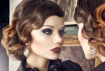 """Contessa-Look / Beni Durrer setzt mit kräftigen Farben den Make-up-Trend für die kalte Jahreszeit. Ein tiefes Schwarz umhüllt die Augen und lässt sie mit einem Hauch Mitternachtsblau geheimnisvoll funkeln. Nicht weniger dramatisch die Lippen in sinnlich, dunklen Rottönen.   Das Make-up verleiht mit dunklen Tönen der Trägerin etwas Geheimnisvolles und betont ebenso perfekt wie ausdrucksstark Augen und Lippen gleichermaßen. Namensgeberin des Looks ist die dunkle, braunviolettrote Lippenfarbe """"Contessa""""."""