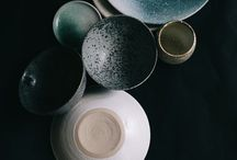 Props < dark, blue, green > / My first love was foodstyling and photography in the darker tones. I still love the moody colours. The blue en greenish combination is really pretty and inspirering. Dark coloured ceramics: bowls, plates, mugs, cutelery, bakingtrays.