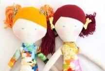 Papusi - Colectia REVERIE - Pravalia cu Papusi / Păpuși decorative inspirate din visele copiilor.  Anisia adoră să țopăie pe nori, Mara iubește cireșele și buburuzele, si Oliviei îi place să deseneze.  Hăinuțele lor sunt croite din curcubeu și zâmbete, iar Olivia este însoțită de prietenul ei de joacă, un miniursulet.  Fiecare păpușă este desenată, croită și realizată manual în atelierul Pravalia Cu Papusi, din materiale naturale, iar părul din polar și fire pufoase.  hancrafted in RO  by Katia  designer de zâmbete @ Prăvălia cu Păpuşi