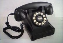 """Teléfonos / La destecnologización es trendy, todos lo sabemos, así que cada vez son más quienes pasan de los saldos, coberturas y baterías para rescatar la sana costumbre del teléfono doméstico. Uno objeto tan práctico como distinguido que nos demuestra, una vez más, hasta qué punto los 80 pueden estar por delante de nosotros. """"Buenas tardes, está usted llamando a los años en los que la comunicación telefónica era aún hermosa."""" Enteraos los más jóvenes: hubo un tiempo, no tan lejano, en que no había móviles / by Gnomo.eu"""