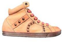 Playhat per Lovli.it / Marchigiano, classe 1978, Matteo Marziali fonda il marchio di scarpe Playhat nel 2007, quando decide di tornare in Italia dopo anni di lavoro tra Ibiza, Madrid e Londra. Proprio dai suoi viaggi, e in particolare dall'esperienza in Spagna, trae l'ispirazione e la grinta per iniziare a disegnare le sue sneakers. Prodotte nel cuore del distretto calzaturiero marchigiano, uniscono al design di tendenza la qualità dei materiali e la fattura artigiana.