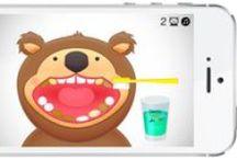 """Dentomisie / Gra """"DentoMisie"""" to gra dla najmłodszych dzieci. Zabawa polega na szczotkowaniu zębów smutnym misiom i podawaniu im płukanki do zębów.  Misie z czystymi zębami są wdzięczne za pomoc uśmiechają się szczęśliwe."""