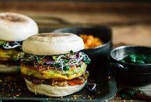 Wir sind Hamburger! / Wir haben Gurken, Röstzwiebeln, Senf und Würzsaucen im Sortiment - klar, dass wir Burger lieben!