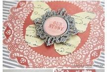 My Mind's Eye Lost & Found Ruby Layouts / A My Mind's Eye: Lost and Found 3 Ruby papírkészlete nőies és elegáns, királynőkhöz méltó. :) A színpaletta pirosat, rózsaszínt, barnát, aranyat és fehéret tartalmaz. A vastag, texturált papírkészlet három különleges papírt is tartalmaz: egy bordó csillámporral díszített virágosat, és két erőteljesen domborított piros/rózsaszínűt, és szürke/barnát. Nagyon szép, elegáns, magas minőségű papírkészlet, jó szívvel ajánljuk. http://www.webaruhaz.scrapbook.hu/215-ruby