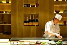 El Japonés | Grupo Tragaluz / Taberna japonesa de ambiente joven y dinámico.   Cocina a la vista. Mesas largas de madera que se comparten. Novedad: barra de ceviches, de sushi y de brasa japonesa de carbón natural para hacer kusiyaki.   Cocina oriental rápida y de calidad a precios razonables.   Carta muy variada, donde triunfan los kushiyaki (pinchos), las clásicas frituras y rebozados en tempura, los ligerísimos sushis y los rollitos de carne.